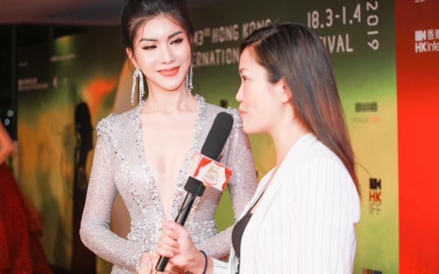 """Hoa hậu Loan Vương xinh đẹp, gợi cảm """"lấn át"""" nữ diễn viên xứ Cảng Thơm"""