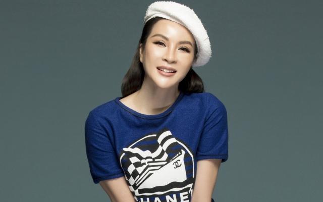 MC Thanh Mai khoe vai trần gợi cảm ở tuổi 46