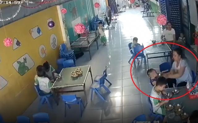 Trẻ ăn không kịp nuốt, bị cô giáo mầm non đánh liên tiếp vào đầu, mặt