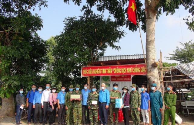 Đoàn công tác tỉnh An Giang tặng quà Tết các chốt kiểm soát dịch dọc biên giới