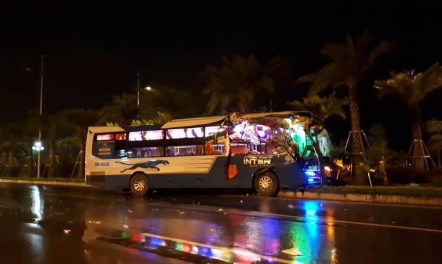 Hà Nội: Đâm vào xe tải, đầu xe khách nát bét đi đón khách du lịch ở sân bay Nội Bài