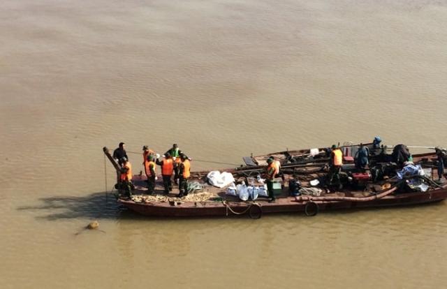 Hà Nội: Toàn cảnh quá trình trục vớt thành công quả bom gần chân cầu Long Biên