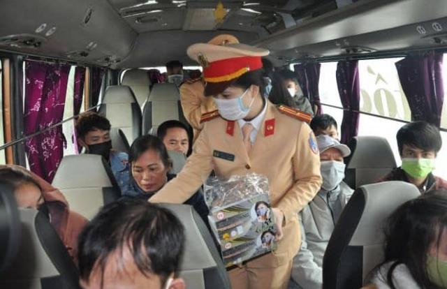 Người dân lưu thông trên cao tốc Hà Nội. - Lào Cai được phát khẩu trang miễn phí
