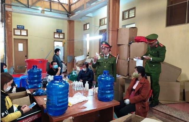 """Triệt phá cơ sở sản xuất """"chui"""" hàng nghìn chai nước rửa tay"""