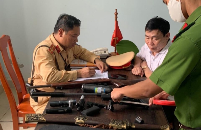 """U60 tham gia giao thông với nhiều vũ khí """"nóng"""" ở Quảng Bình"""