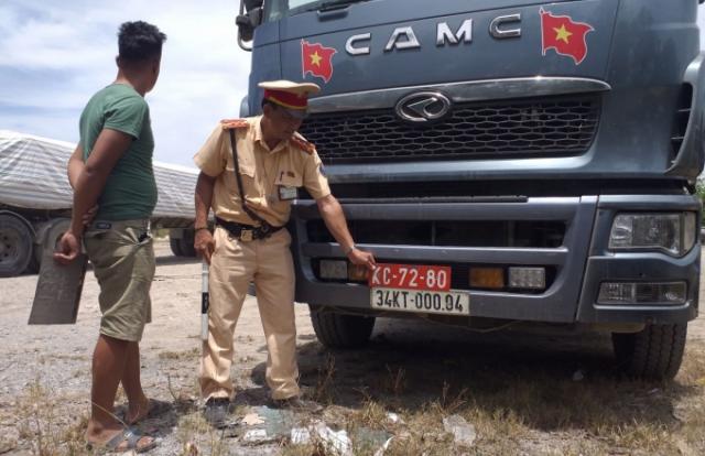 Thanh Hoá: Bắt giữ xe tải đeo biển giả quân đội để chở hàng vượt tải trọng