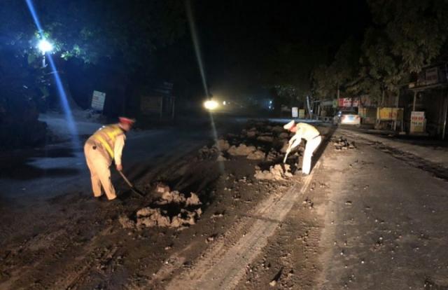 Hà Nội: CSGT truy tìm ô tô tải đổ bùn đất kéo dài cả km trên tuyến đường Hồ Chí Minh