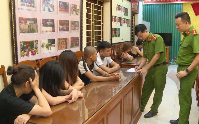 """Thanh Hoá: Bắt quả tang 10 nam thanh, nữ tú đang """"bay, lắc"""" trong quán karaoke"""