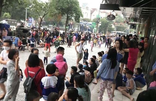 Nhìn lại hình ảnh cư dân Linh Đàm chạy bộ tầng cao xuống dưới vì cháy lớn