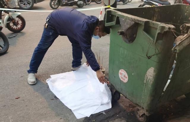 Hà Nội: Thai nhi bị vứt bỏ cạnh bãi rác, ô tô đi đường đè trúng thương tâm