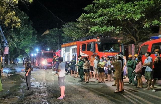Nóng: Clip cháy lớn tại phòng trà trong đêm ở Nghệ An khiến 6 người tử vong thương tâm