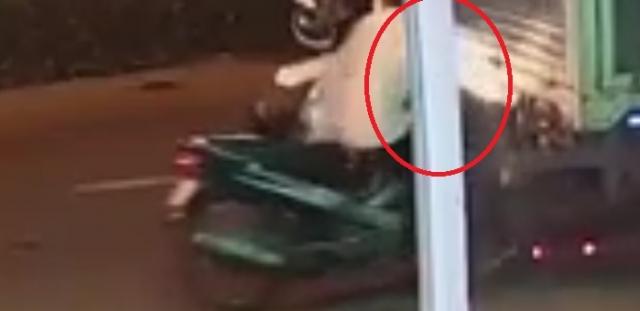 [Clip]: Đang lao nhanh xe tải đột nhiên dừng lại khiến 2 xe máy đi sau chịu hậu quả nặng nề