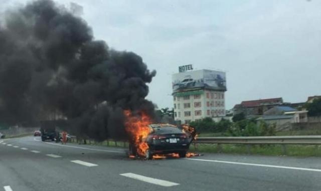Ô tô bốc cháy dữ dội trên cao tốc Hà Nội-Thái Nguyên