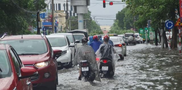 Mưa xối xả, nhiều tuyến phố TP Vinh thành sông