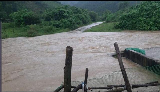 Mưa lớn, nhiều cầu tràn ở Nghệ An ngập sâu nước chảy xiết vô cùng nguy hiểm
