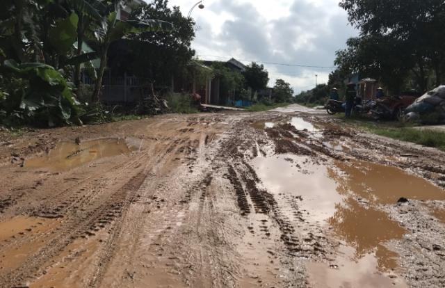 Dân của xã nông thôn mới khốn khổ lội bùn trên tuyến đường huyết mạch