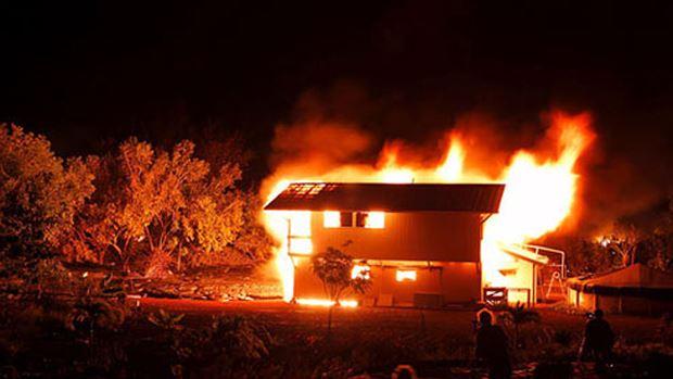 """""""Ma men"""" dẫn lối sau cơn say, thanh niên xách can xăng đốt cả nhà bố mẹ"""