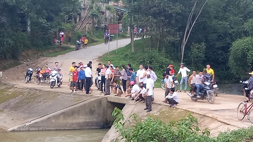 Xe máy lao xuống suối, 1 người chết, một người bị thương