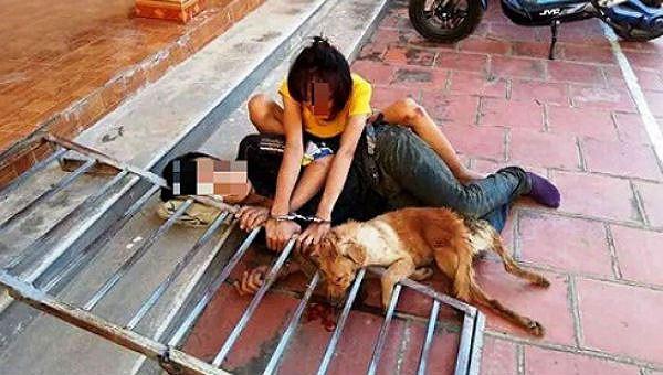 Đôi tình nhân đi trộm chó bị người dân vây bắt