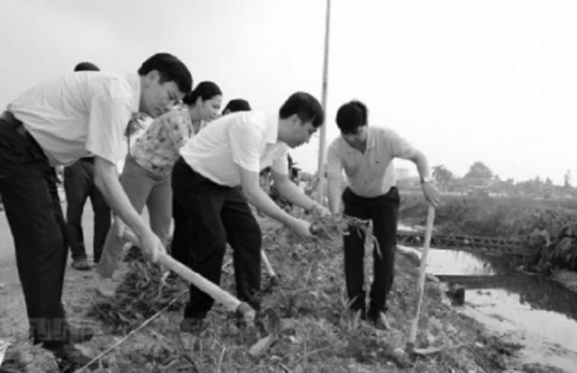 Hà Nội ra quân trồng hoa trên tuyến đường 421B