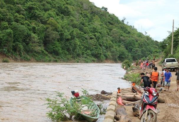 """Cặp """"Lục Vân Tiên"""" vật lộn dưới dòng nước lũ cứu sống hai người"""