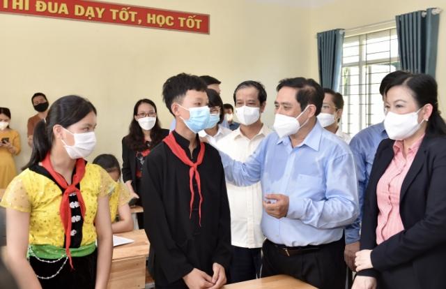 Thủ tướng Phạm Minh Chính tới thăm, động viên thầy và trò Trường Phổ thông Dân tộc nội trú THCS Định Hóa
