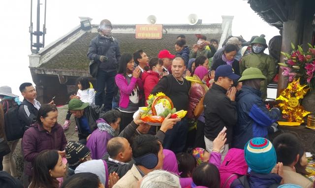 Quảng Ninh: Hàng nghìn người chôn chân dưới cái lạnh để cầu may tại chùa Yên Tử
