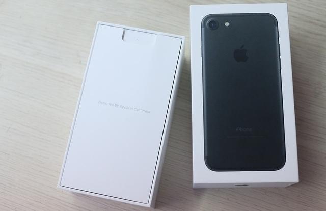 """""""Đập hộp"""" iPhone 7 màu đen mờ bản thương mại đầu tiên tại Việt Nam"""