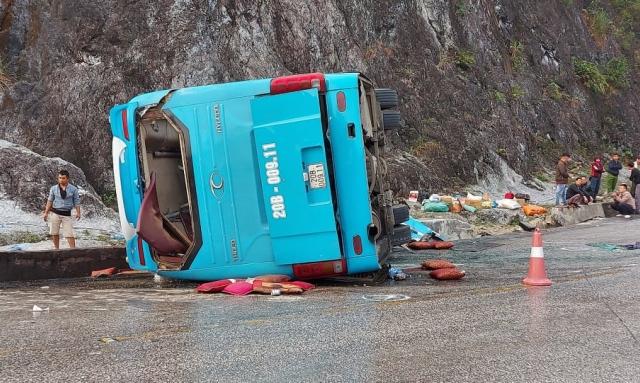 2 người tử vong, 10 người bị thương trong vụ tai nạn xe khách ở Hòa Bình