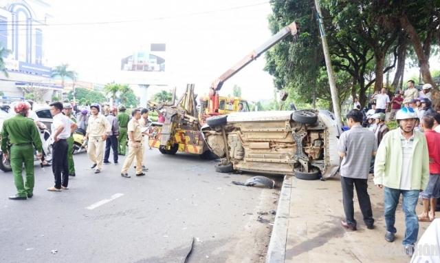 [Clip]: Xe điên tông hàng loạt xe dừng đèn đỏ tại Gia Lai