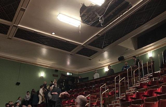 Sập trần nhà hát, ít nhất 4 khán giả phải nhập viện