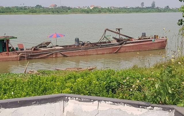 Nhiều tàu hút cát trái phép trên sông Hồng tại Nam Định và Thái Bình?