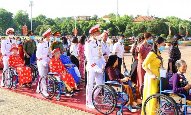 Hình ảnh đoàn Mẹ VNAH ngồi xe lăn xếp hàng viếng Chủ tịch Hồ Chí Minh