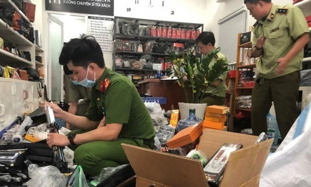 """Núp bóng shop kinh doanh túi xách bán """"chui"""" hàng nghìn hung khí nguy hiểm"""