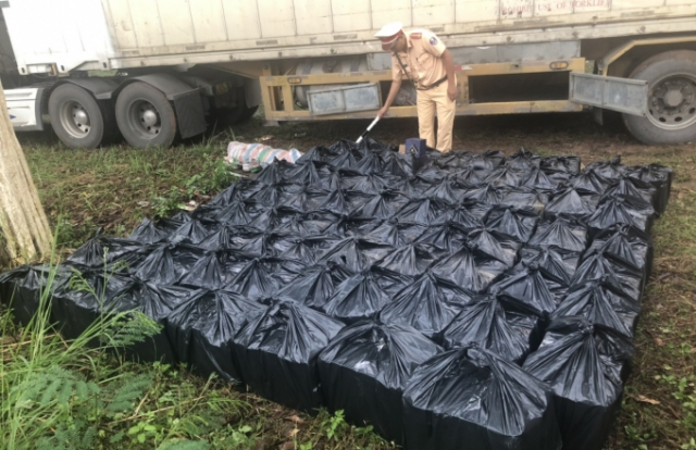 Đồng Nai: Dùng xe container vận chuyển hàng trăm chai rượu ngoại không rõ nguồn gốc