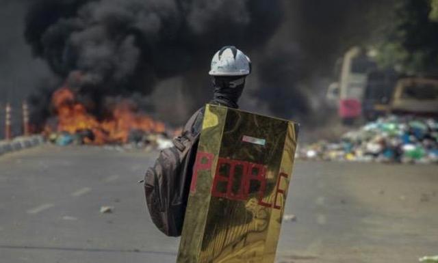 Trụ sở đảng của bà Suu Kyi bị ném bom xăng