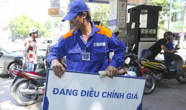 Giá xăng tăng mạnh trên 1.000 đồng