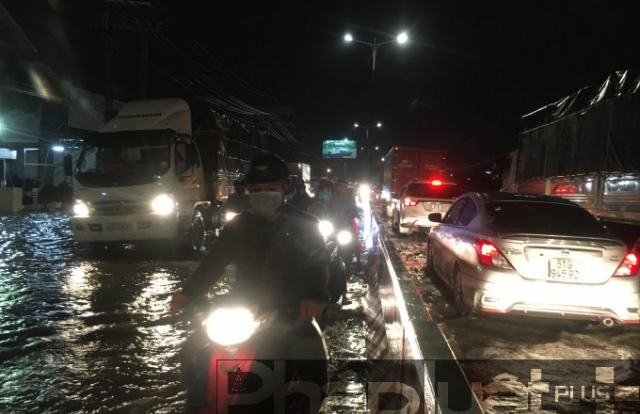 Bình Dương: Sau mưa lớn, quốc lộ 13 ngập nặng