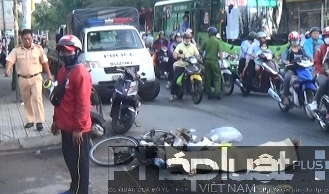 TP HCM: Va chạm với xe tải, người phụ nữ tử vong