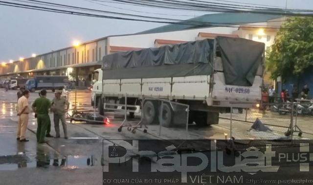 TP HCM: Xe tải va chạm với xe máy, 3 người thương vong