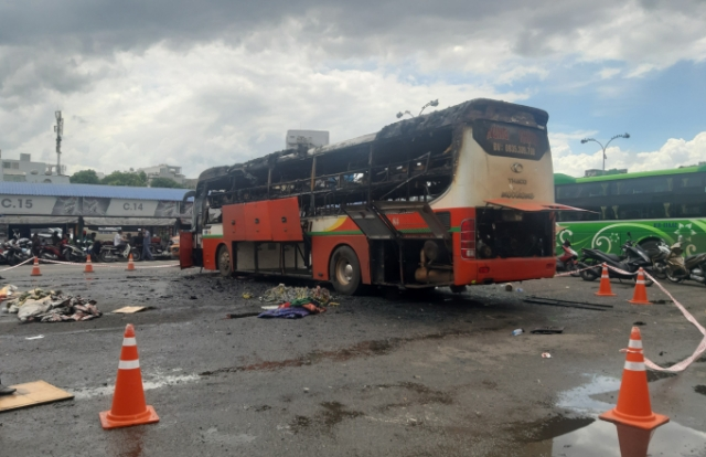 TP HCM: Xe khách đậu trong bến xe miền Đông bốc cháy dữ dội