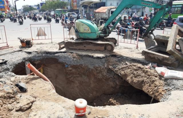 """TP HCM: """"Hố tử thần"""" sâu 8m trên đường Phan Văn Trị"""