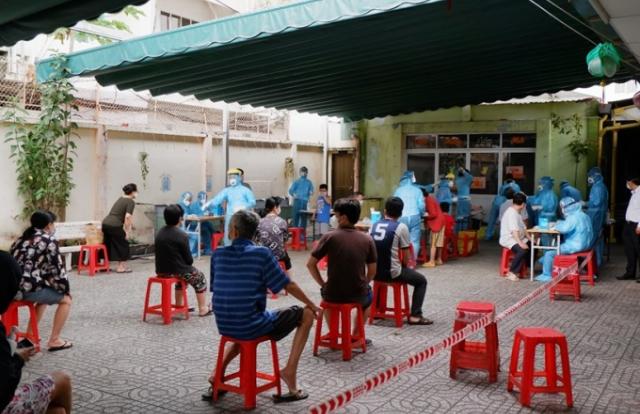 Khẩn cấp tổ chức lấy mẫu xét nghiệm COVID-19 cho người dân tại khu Mả Lạng, Quận 1