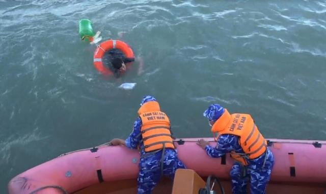 Tàu CSB 2011 của Bộ Tư lệnh Vùng 3 Cảnh sát biển cứu nạn ngư dân thành công trên biển