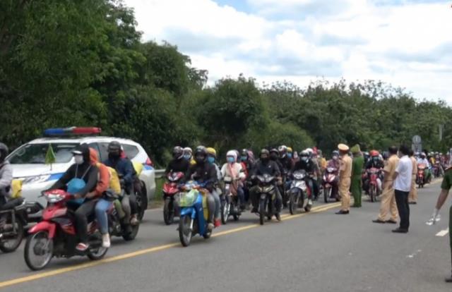 CSGT Tây Ninh dẫn đường cho công nhân trở về Đắk Lắk
