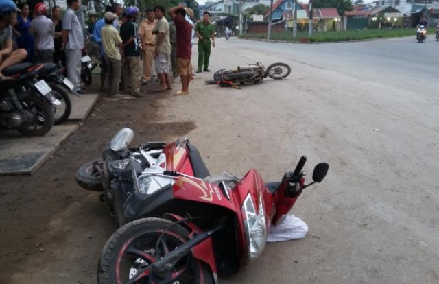 Nam thanh niên hốt hoảng bỏ xe máy tháo chạy khi thấy nạn nhân đầy máu