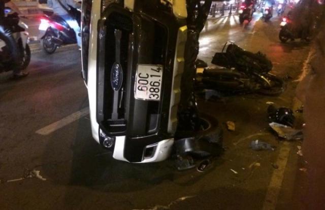 Ô tô tông kinh hoàng, 1 người rơi từ trên cầu xuống đất