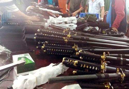 Cảnh sát đặc nhiệm đột kích 'kho' vũ khí ở Sài Gòn