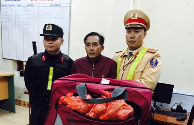 Quảng Ninh: Bắt giữ đối tượng vận chuyển gần 100 quả pháo trứng
