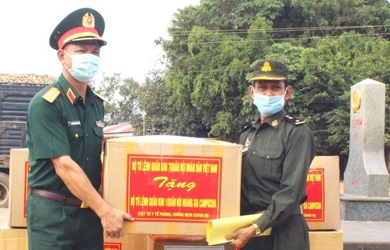 Trao tặng vật tư y tế phòng dịch Covid-19 cho Quân đội Hoàng gia Campuchia